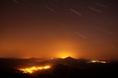 Světlo z měst se šíří atmosférou do vzdálenosti mnoha desítek kilometrů