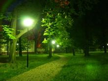 Osvětlení nedělá z opuštěného parku pozdě v noci automaticky bezpečné místo