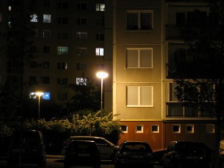 Často lze narazit na zcela absurdní situace – občané platí za veřejné osvětlení, před kterým si musí zatemňovat okna